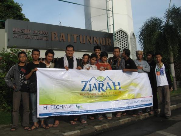 Di depan Masjid Agung Pati, Jawa Tengah